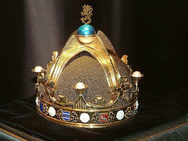 Suomen kuninkaalle suunniteltu kruunu.