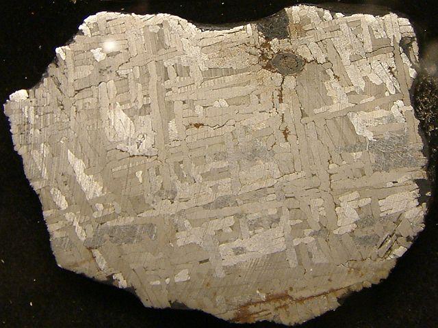 Tässä rautameteoriitissa on havaittavissa Widmanstättenin rakenne.