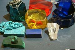 Erilaisia synteettisiä kiviä.